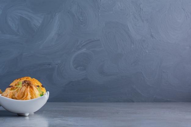 Eine weiße kuchenplatte mit schokoladensirup und baklawa.