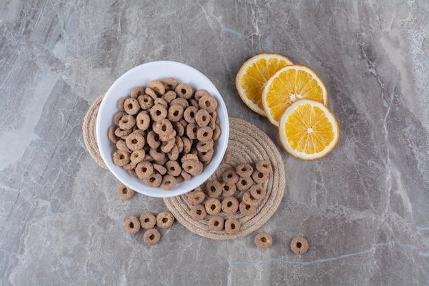 Eine weiße schüssel mit gesunden schoko-müsliringen zum frühstück