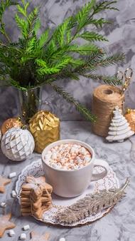Eine weiße tasse mit heißem kakao mit eibisch