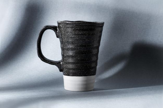 Eine weiße und schwarze tasse mit schatten