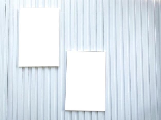 Eine weiße wand mit weißen bilderrahmen