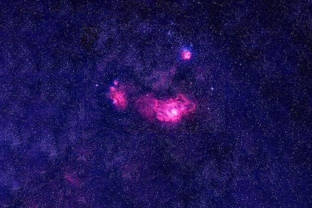 Eine wunderschöne galaxie im weltraum. elemente dieses bildes wurden von der nasa bereitgestellt. für jeden zweck.
