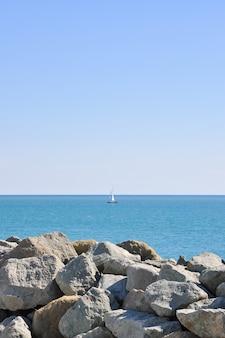 Eine yacht, die an einem klaren tag auf offener see segelt