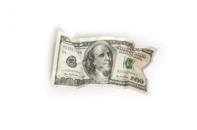 Eine zerknitterte rechnung von hundert dollar auf einem weißen hintergrund wird isoliert.
