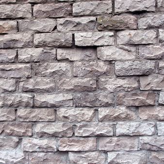 Eine ziegelmauer aus gebrochenen weißen ziegeln
