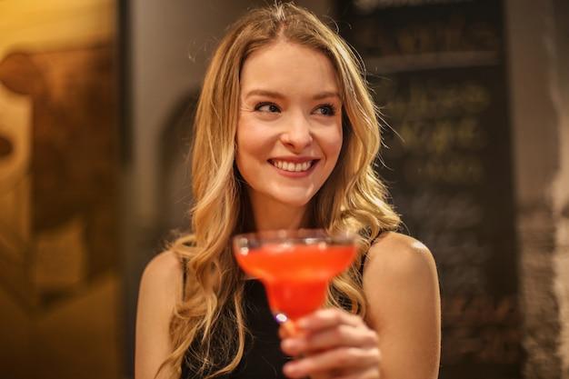 Einen cocktail genießen