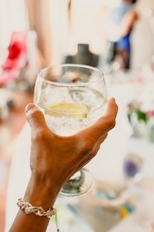 Einen drink bei einer hochzeit trinken