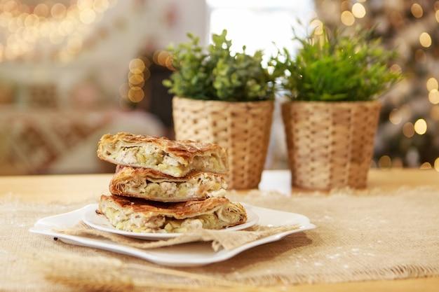Einen kuchen backen. festliches abendessen. weihnachtsgeschenk. der koch bereitet gebäck