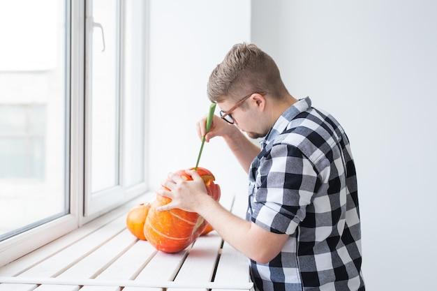 Einen kürbis aushöhlen, um eine halloween-laterne vorzubereiten.
