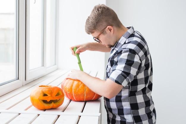 Einen kürbis aushöhlen, um halloween-laterne vorzubereiten