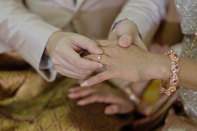 Einen ring tragen