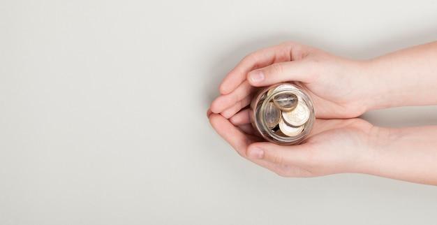 Einen stapel münzen in den händen halten