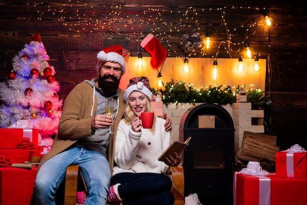 Einen verrückten tag mit betrunkenen mädchen zu haben, die neujahr weihnachten moderne familie in der heimliebe feiern ...