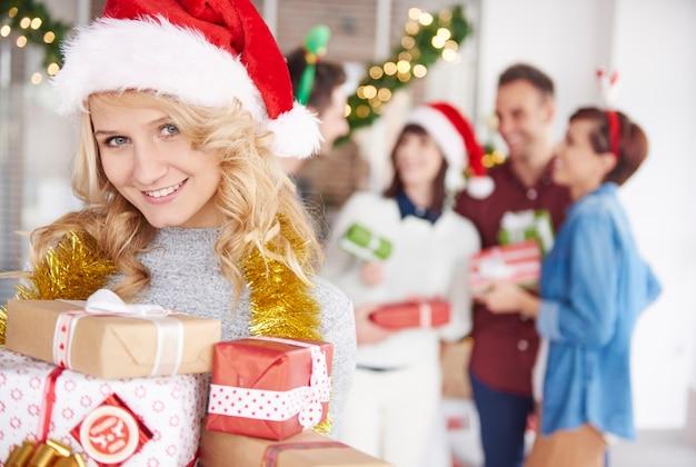 Einer der teammitarbeiter übergibt weihnachtsgeschenke