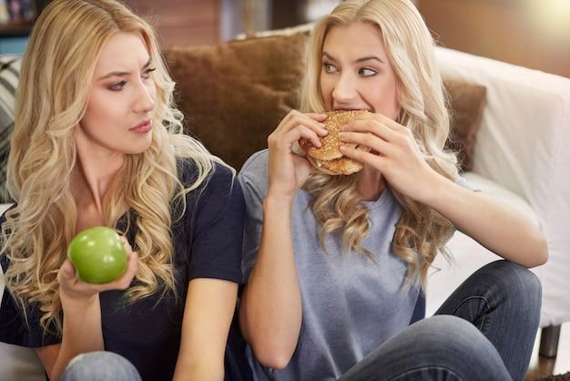Einer der zwillinge ist gegen ungesundes essen