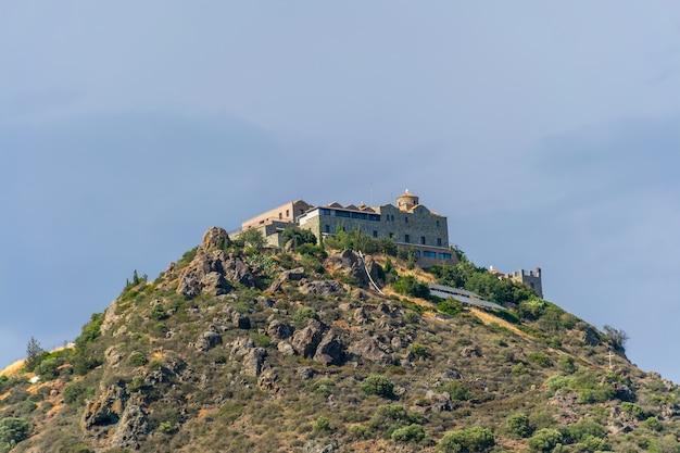 Eines der bekanntesten klöster zyperns ist stavrovouni. es befindet sich auf dem gipfel des berges