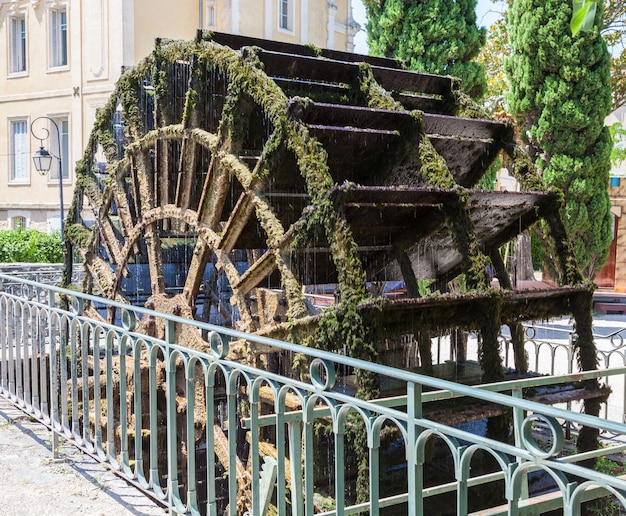 Eines der mehreren wasserräder in l'isle-sur-la-sorgue, frankreich
