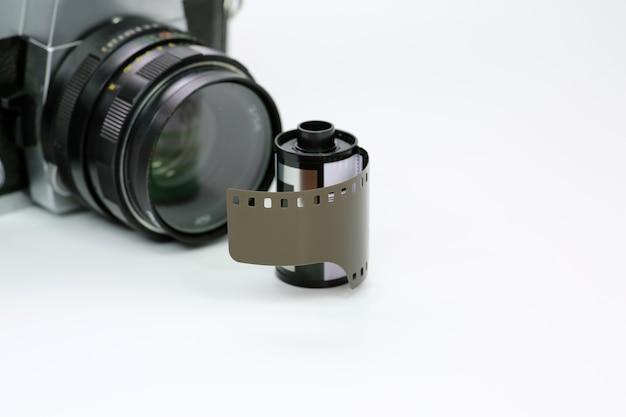 Einfache alte analoge kamera mit film auf weißem hintergrund