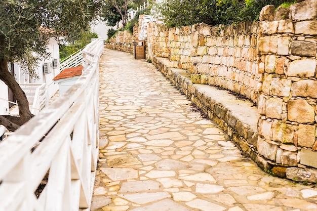 Einfache alte steinstraße im dorf zypern