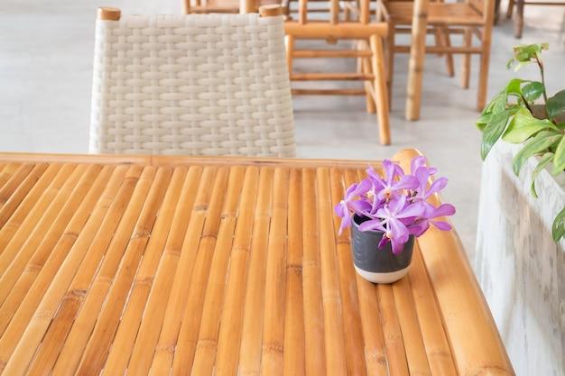 Einfache anordnung der sitzmöbel für resortmöbel