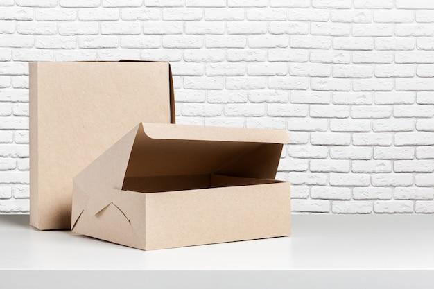 Einfache braune papiertüte für das mittagessen oder lebensmittel auf tabelle
