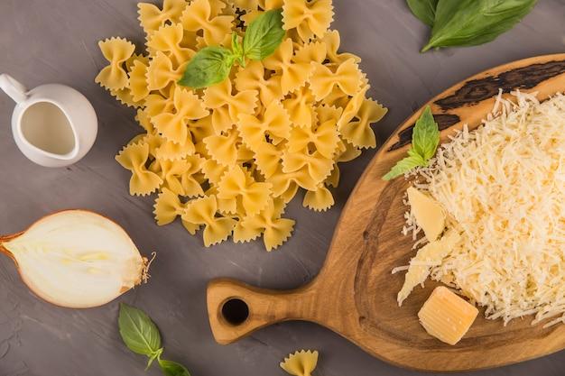 Einfache hausgemachte pasta, die zutaten für farfalle und gerichte kocht