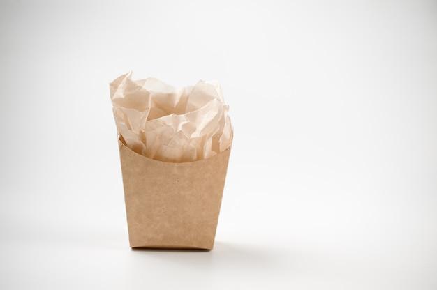 Einfache isolierte leere braune papiertüte zum mittagessen auf weiß