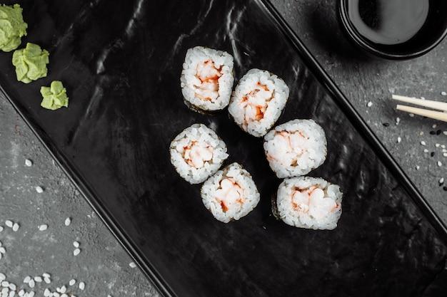 Einfache maki mit garnelen. sushi auf grauem hintergrund.