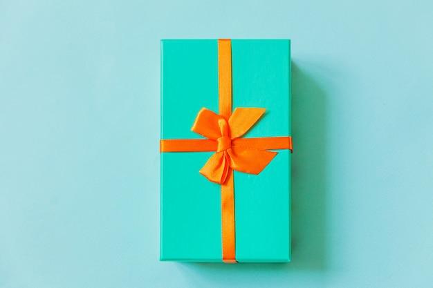 Einfache minimale design blaue geschenkbox lokalisiert auf pastellblauem buntem hintergrund