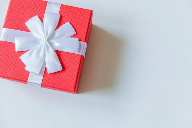 Einfache minimale rote geschenkbox des designs lokalisiert auf weißem hintergrund