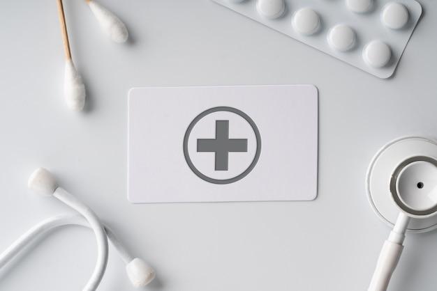 Einfache namenskarte mit medizinischem symbol auf weißem monotonem hintergrund