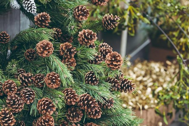 Einfache weihnachtsdekoration in einem weihnachtsbaumladen.