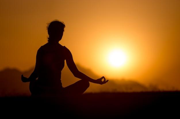 Einfache yogahaltung silhouette