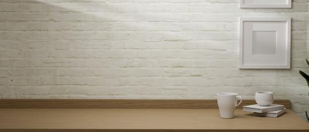 Einfacher arbeitsbereich des 3d-renderings mit becherbecher-büchern und kopierraum auf holztisch mit rahmen auf 3d-illustration des backsteinmauerhintergrunds