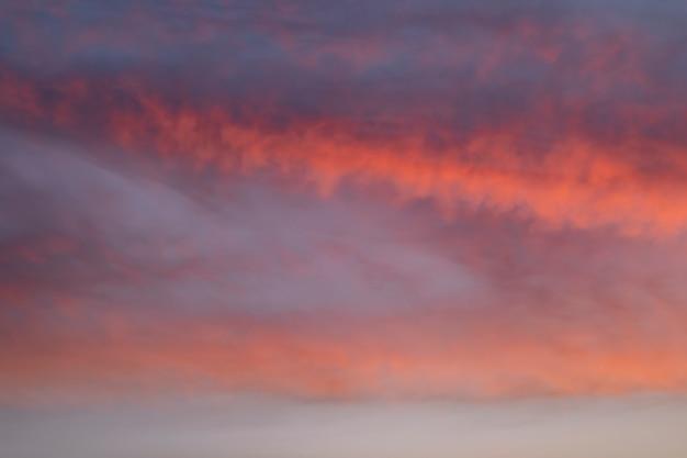 Einfacher bewölkter himmel auf lichtern eines herbstes