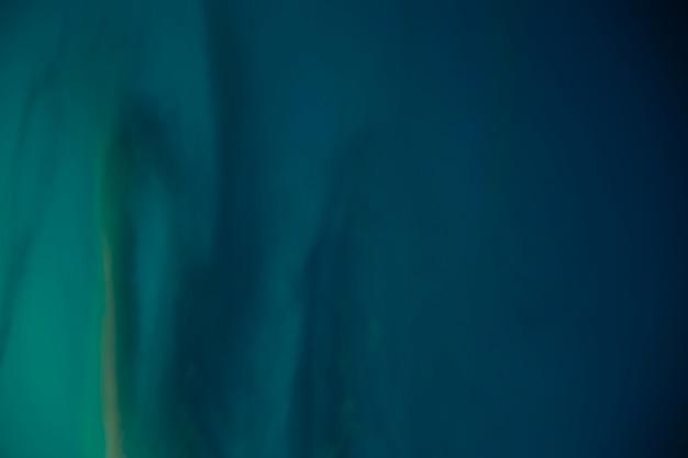 Einfacher blauer hintergrund des bewölkten himmels