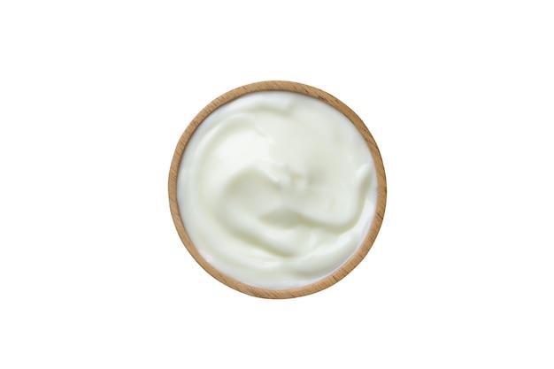 Einfacher joghurt in der holzschale lokalisiert auf weißem hintergrund