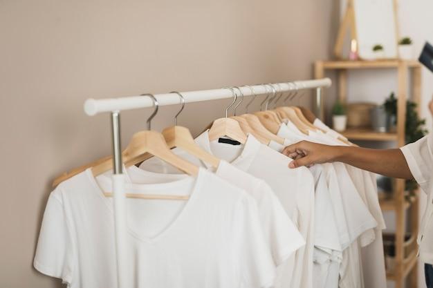 Einfacher kleiderschrank mit weißen t-shirts