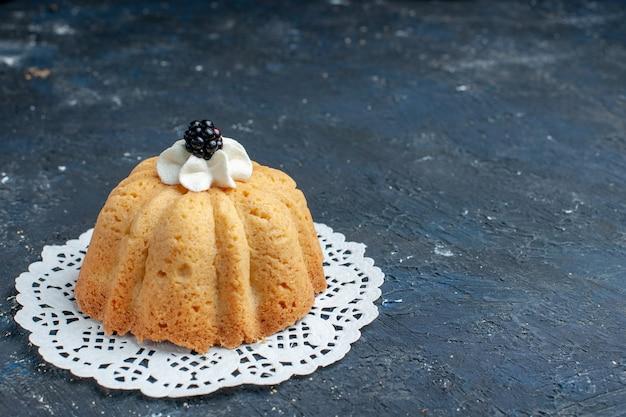 Einfacher leckerer kuchen mit sahne und brombeere auf dunkel