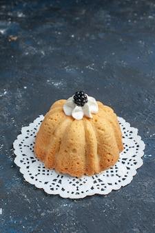 Einfacher leckerer kuchen mit sahne und brombeere auf dunklem schreibtisch