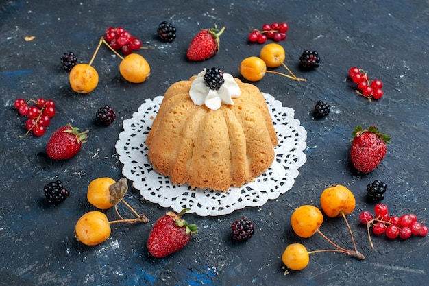 Einfacher leckerer kuchen mit sahne und brombeere zusammen mit beeren auf dunkel