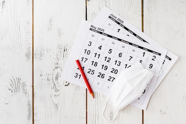 Einfacher tischkalender für 2020 mit selbstschutz-gesichtsmaske.