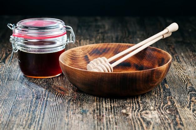 Einfacher und selbstgemachter schöpflöffel honiglöffel ist aus holz
