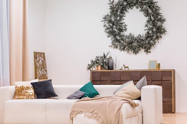 Einfacher und stilvoller innenraum mit weihnachtsdekoration
