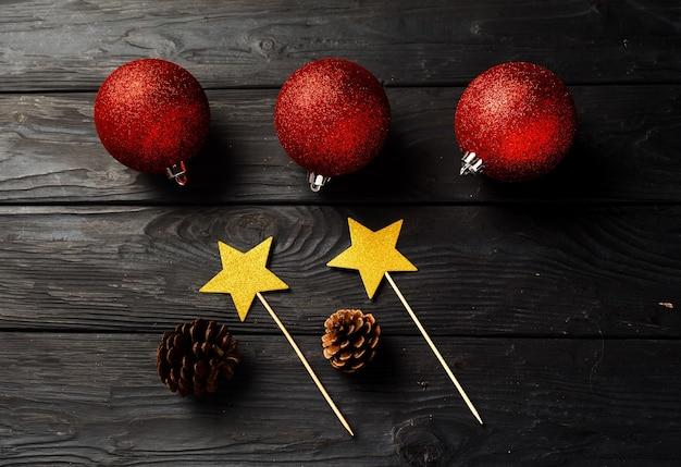 Einfacher weihnachtsfesthintergrund auf holzbrett, flache lage