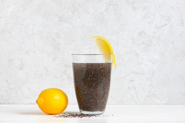 Einfaches cocktail von chiasamen mit zitrone