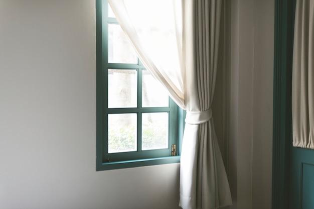Einfaches fenster mit weißem vorhang