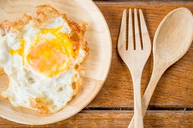 Einfaches frühstück mit einem spiegelei