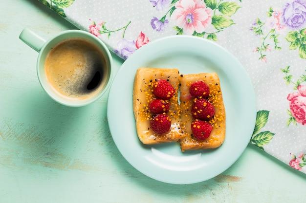 Einfaches frühstück mit erdbeeren und kaffee