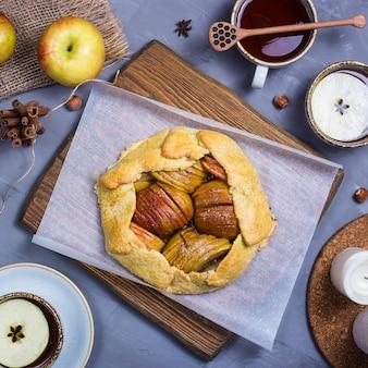 Einfaches herbstbacken mit äpfeln und zimt